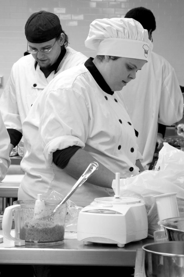Culinary+students+at+UNA+prepare+food+at+the+East+Campus