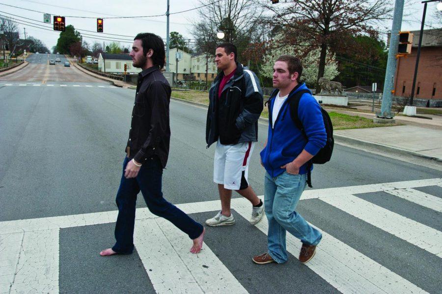 Three+UNA+students+cross+Pine+Street