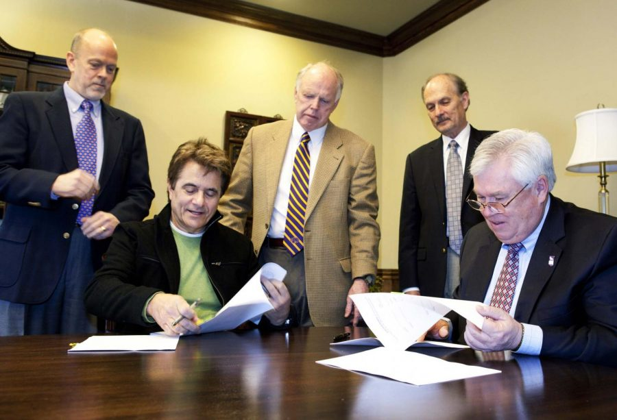 Department+of+Entertainment+Industry+Chair+Dr.+Bob+Garfrerick%2C%0AGary+Baker%2C+Provost+Dr.+John+Thornell%2C+Vice+President+for+Business%0AAffairs+Steven+Smith+and+UNA+President+Bill+Cale+sign+the+lease+for%0Athe+new+home+of+the+entertainment+industry+department.%0A