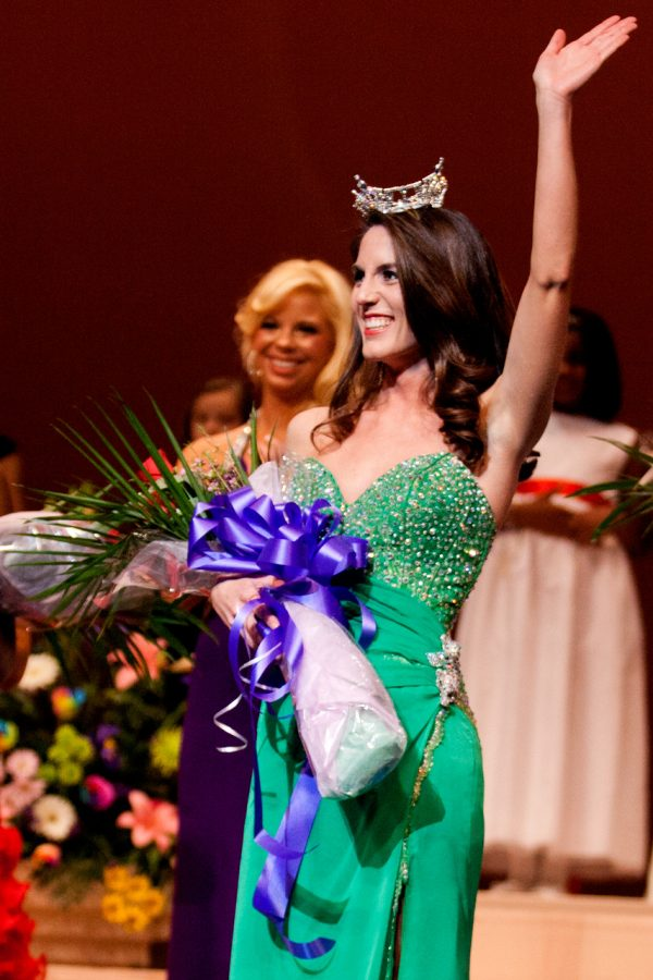 Anne+Marie+Hall+takes+her+first+walk+as+Miss+UNA+after+being+crowned+Saturday+night.%0A