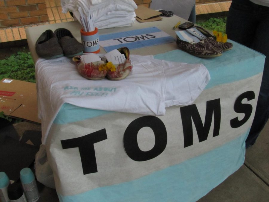 The+Fashion+Forum+hosted+TOMS%E2%80%99+%E2%80%9COne+Day+Without+Shoes%E2%80%9D+event+April+10+in+an+effort+to+raise+awareness+of+people+who+are+not+fortunate+enough+to+have+a+pair+of+shoes.+The+event+involved+participants+who+went+barefoot+for+an+entire+day.%0A