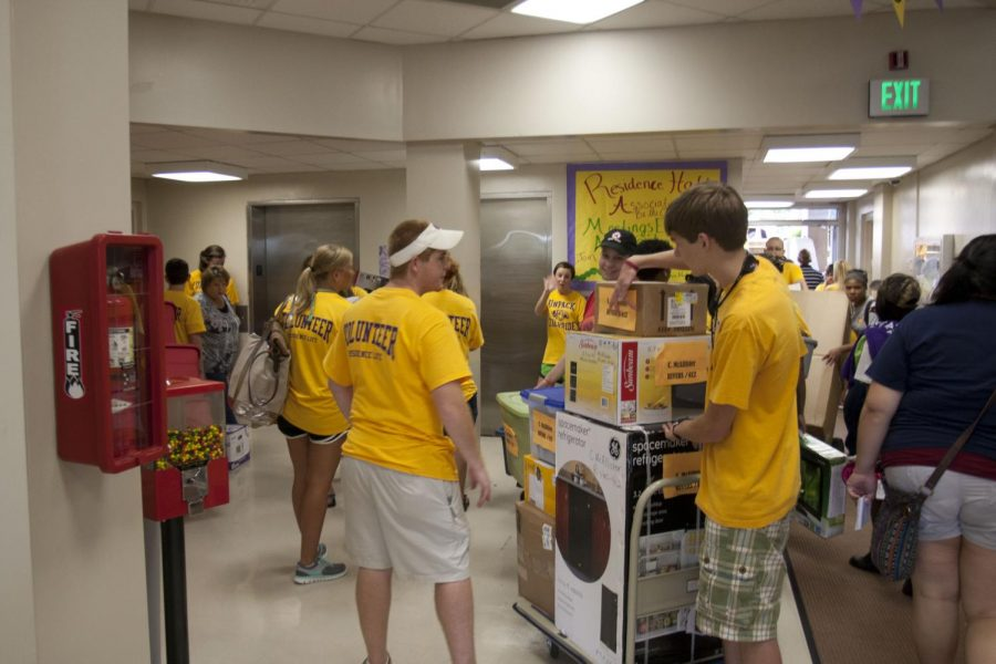 Students+and+volunteers+move+items+into+Rivers+Hall+on+campus+Friday+morning.+Students+and+their+families+packed+the+hallways+of+the+residence+halls+during+move-in+day.%0A