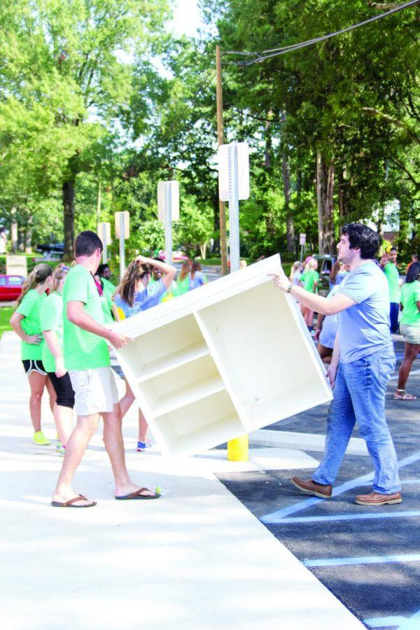 Volunteers+from+Unpack+the+Pride+help+incoming+freshmen+move+belongings+into+Mattielou+Hall.+Freshman+move-in+day+was+Aug.+14.+Volunteers+moved+other+freshmen+into+Rivers+Hall+until+the+construction+of+Olive+Hall+is+complete+in+December.