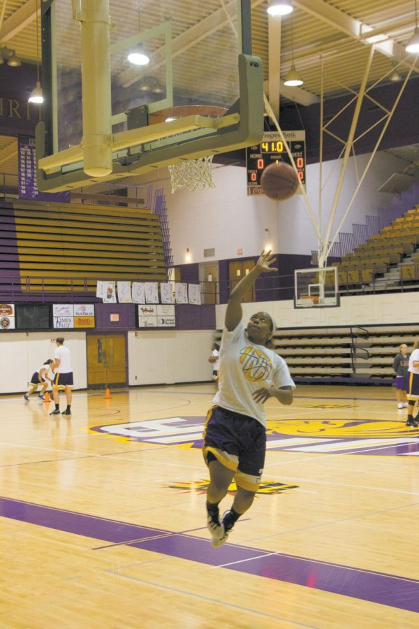 UNA+senior+guard+Janae+Lyde+goes+for+a+lay+up+during+a+preseason+practice.+Lyde+is+the+only+returning+senior+on+a+women%E2%80%99s+basketball+team+with+five+sophomores+and+eight+freshmen.