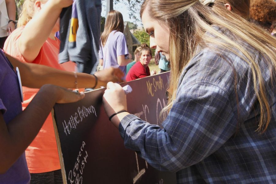 Sophomore+Megan+Statom+signs+her+name+to+show+she+took+the+pledge+against+sexual+assault.%C2%A0%E2%80%9CIf+you+see+something+going+on%2C+don%E2%80%99t+be+afraid+to+step+up+and+help+someone+else+and+reach+out+to+your+campus+resources+and+to+Title+IX%2C%E2%80%9D+said+sophomore+Emily+Anerton.%C2%A0