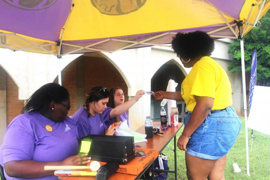 Students+volunteer+Aug.+16+to+help+incoming+freshman+move+into+their+dormitory.+Move-in+day+is+the+first+event+of+Mane+Month.